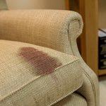 Como retirar manchas do sofá?