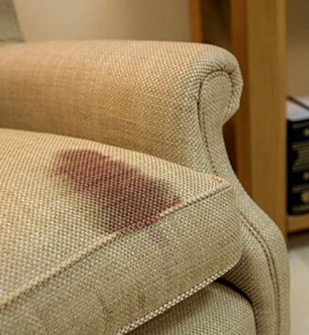 Read more about the article Como retirar manchas do sofá?